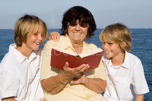 Babcia czytania książki wnuki dzieci wakacje Zdjęcia stock © godfer