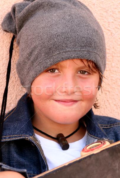 Fiatal boldog görkorcsolyázó fiú tart gördeszka Stock fotó © godfer