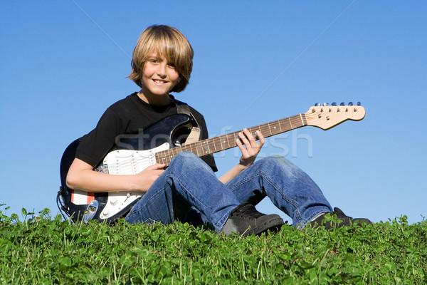Kind gitarist jonge muzikant spelen gitaar Stockfoto © godfer