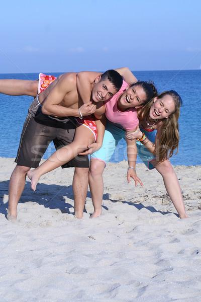 Csoport tinédzserek tavaszi szünet nyári vakáció tengerpart homok Stock fotó © godfer