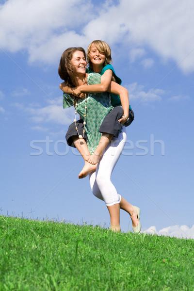 Jóvenes nino madre hermana jugando a cuestas Foto stock © godfer