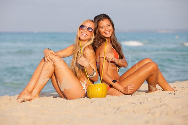 Tavaszi szünet tengerpart tinédzserek lányok iszik nők Stock fotó © godfer