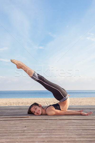 Aktív fiatal lány tornász nyújtás sport fitnessz Stock fotó © godfer
