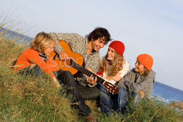 Famille heureuse guitare enfants mer père course Photo stock © godfer