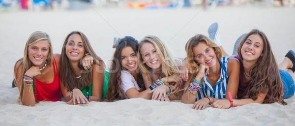 Métis groupe heureux été adolescents plage Photo stock © godfer