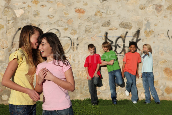 Grupo jovem adolescentes enforcamento fora escolas Foto stock © godfer