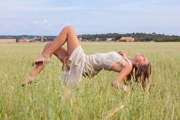 Mulher flutuante campo beleza verão Foto stock © godfer