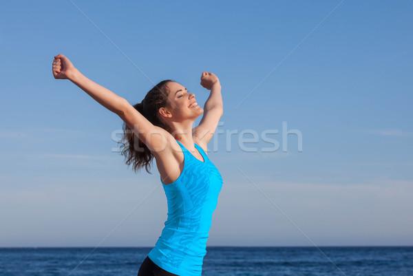 Boldog személy karok a magasban lány tini szabadság Stock fotó © godfer