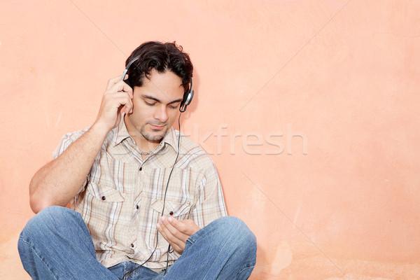 Mann Musik hören Kopfhörer persönlichen Stereo Stock foto © godfer