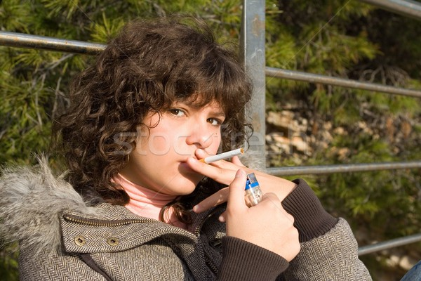 Muchacha adolescente fumar cigarrillo nina nino adolescentes Foto stock © godfer