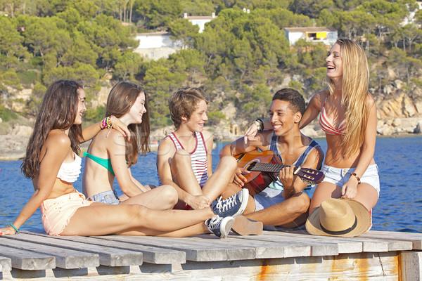 Plage fête adolescents guitare femmes enfants Photo stock © godfer