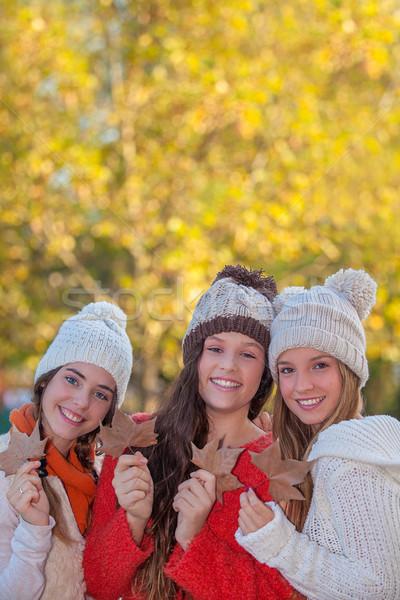 őszi levelek divat tini barátok mosoly boldog Stock fotó © godfer