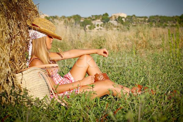Jonge vrouw ontspannen veld buitenshuis zomer vrouw Stockfoto © godfer