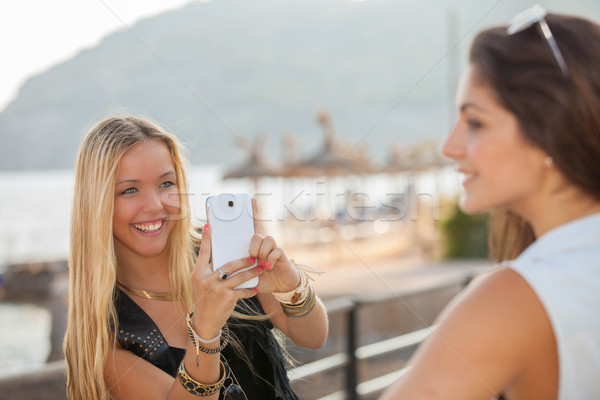 Tinédzserek elvesz fotók általános okostelefon boldog Stock fotó © godfer