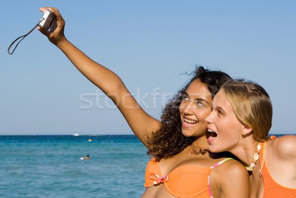 Fiatalok elvesz fotók kamera tengerpart nyár Stock fotó © godfer