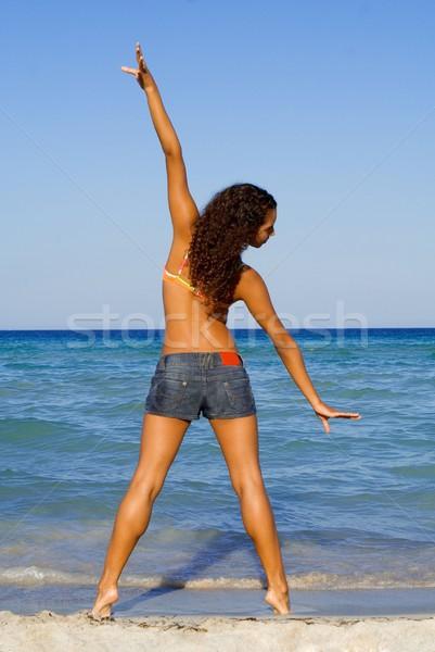 Fiatal nő nyújtás tengerpart lány tenger nyár Stock fotó © godfer