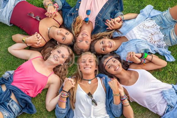 Feliz sonriendo grupo diverso ninas campamento de verano Foto stock © godfer