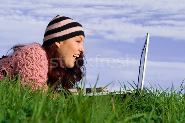Jeune femme extérieur ordinateur portable fille technologie Photo stock © godfer