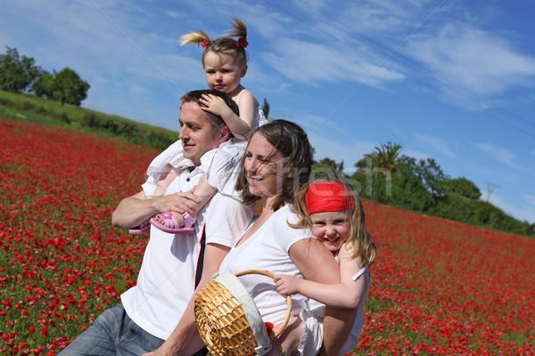 Felice sani famiglia piedi campagna fiori Foto d'archivio © godfer