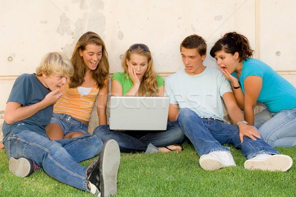 Meglepődött csoport tinédzserek laptop megrémült tinédzserek Stock fotó © godfer