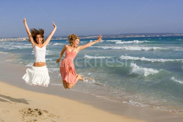 Boldog fiatal nők tengerpart nyári vakáció tavaszi szünet nyár Stock fotó © godfer