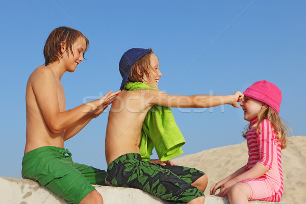 Nyári vakáció gyerekek nap elleni védelem krém tengerpart család Stock fotó © godfer