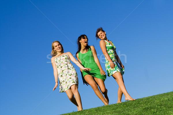 Groupe filles marche herbe été enfants Photo stock © godfer