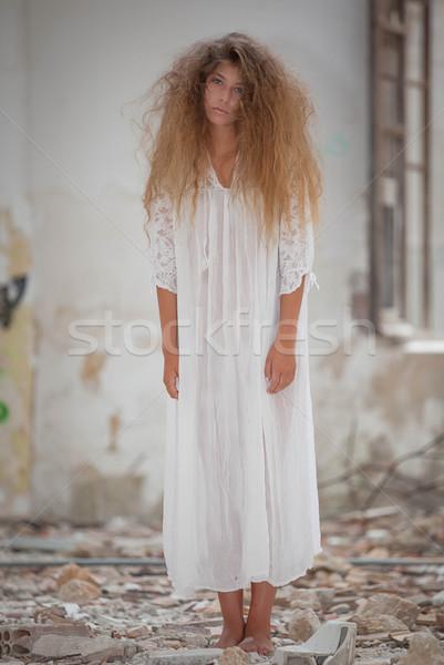 Zombie vrouw witte jurk meisje achtergrond Stockfoto © godfer