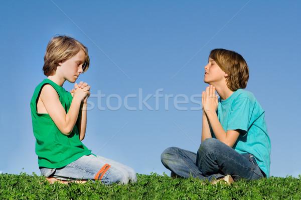 Christian bambini pregando esterna preghiera gruppo Foto d'archivio © godfer