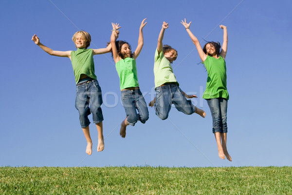 Csoport gyerekek ugrik nyerő barátok ugrás Stock fotó © godfer