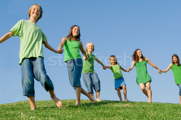 Boldog gyerekek egészséges életmód sétál domb család Stock fotó © godfer