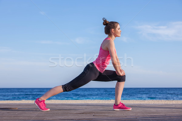 Futó kocogó nyújtás testmozgás nő sport Stock fotó © godfer
