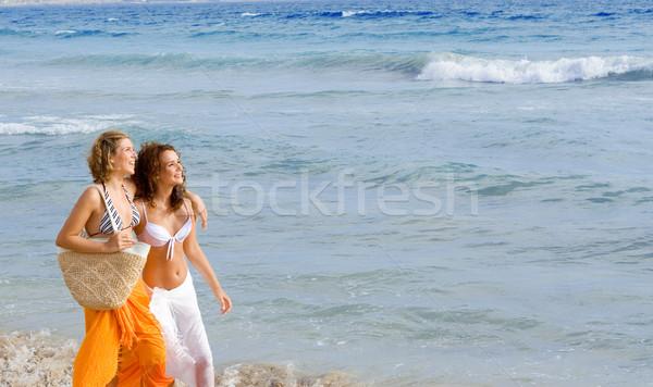 Jeunes femmes marche plage vacances d'été femmes Photo stock © godfer