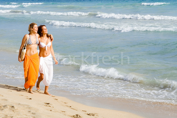 Fiatal nők sétál tengerpart nyári vakáció tavaszi szünet tenger Stock fotó © godfer