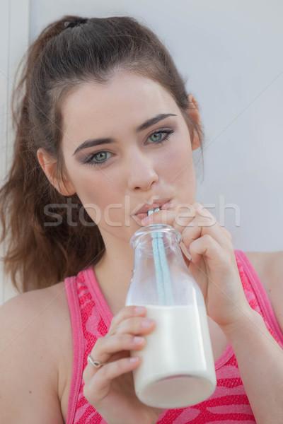 Femme potable lait bouteille fille femmes Photo stock © godfer