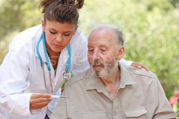 Verpleegkundige arts temperatuur senior patiënt Stockfoto © godfer