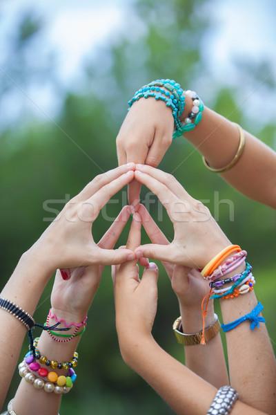 Paix signe symbole mains groupe jeunes Photo stock © godfer