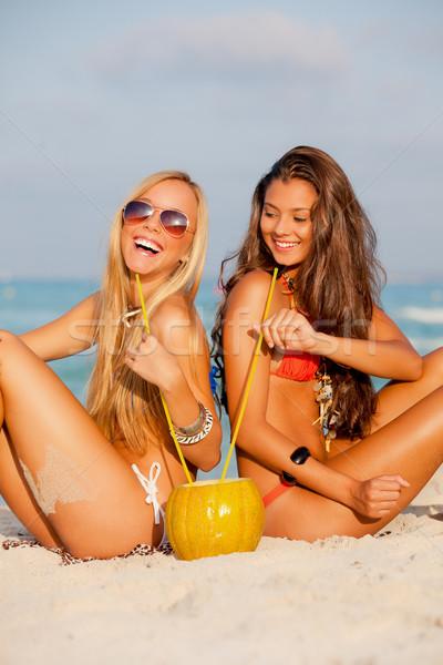 Nők nyári vakáció ünnep fiatal nők iszik tengerpart Stock fotó © godfer