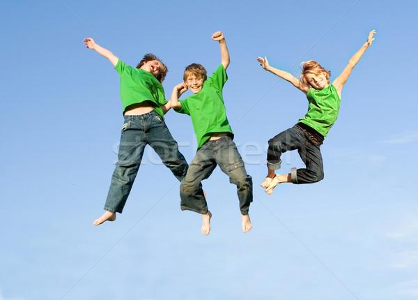 Enfants sautant une garçon utilisé famille Photo stock © godfer