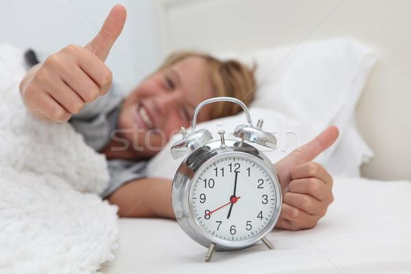 Gelukkig kind omhoog wekker bed jongen Stockfoto © godfer