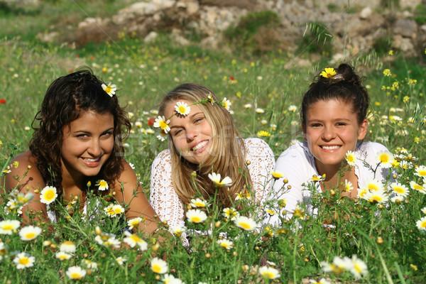 Groep hippie tieners jonge vrouwen bloemen voorjaar Stockfoto © godfer