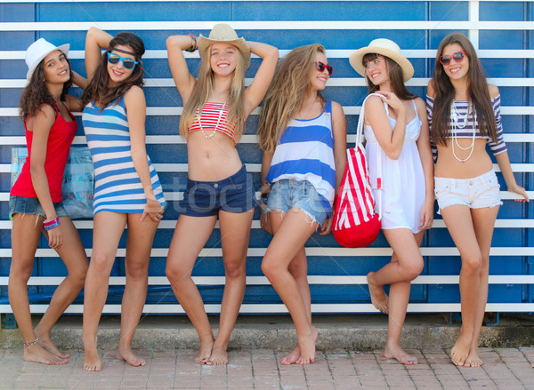 Adolescents filles tenues de plage vacances plage Photo stock © godfer