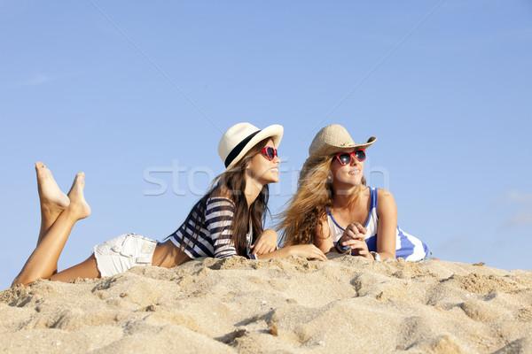 Lányok fektet homok nyári vakáció nők boldog Stock fotó © godfer