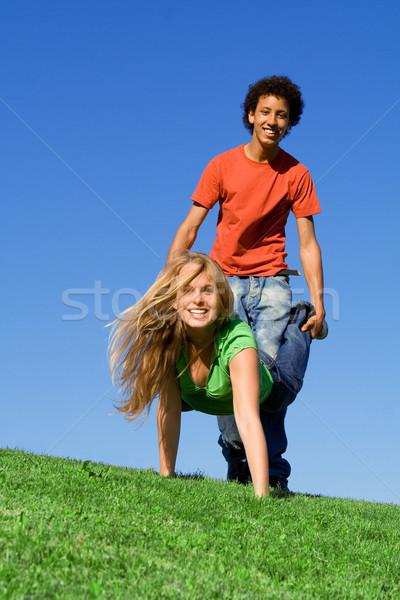 Adolescentes jugando carretilla carrera campamento de verano feliz Foto stock © godfer