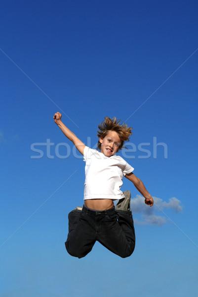Heureux Kid enfant sautant ciel enfants Photo stock © godfer