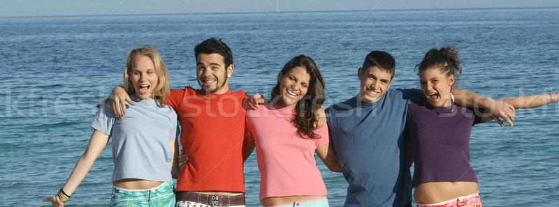Csoport tinédzserek tengerpart nyár tavaszi szünet barátok Stock fotó © godfer