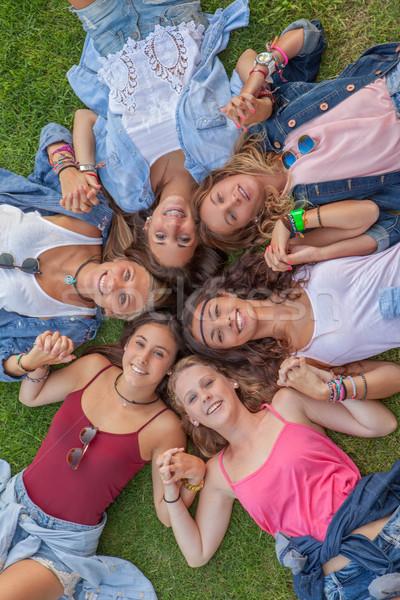 Cirkel gelukkig tieners teen meisjes holding handen Stockfoto © godfer