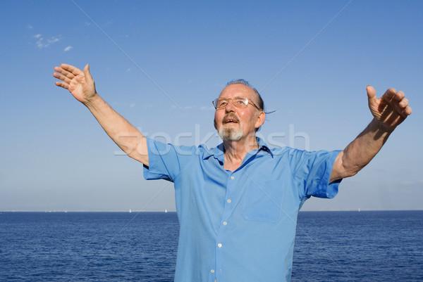 Feliz senior homem férias de verão olho mar Foto stock © godfer