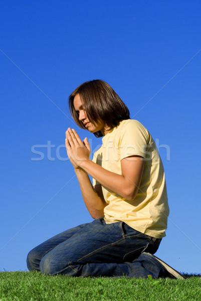 Keresztény fiatalság térdel imádkozik fiú imádkozik Stock fotó © godfer