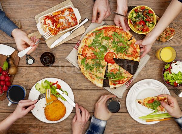 Család eszik felülnézet asztal emberek pizza Stock fotó © goir
